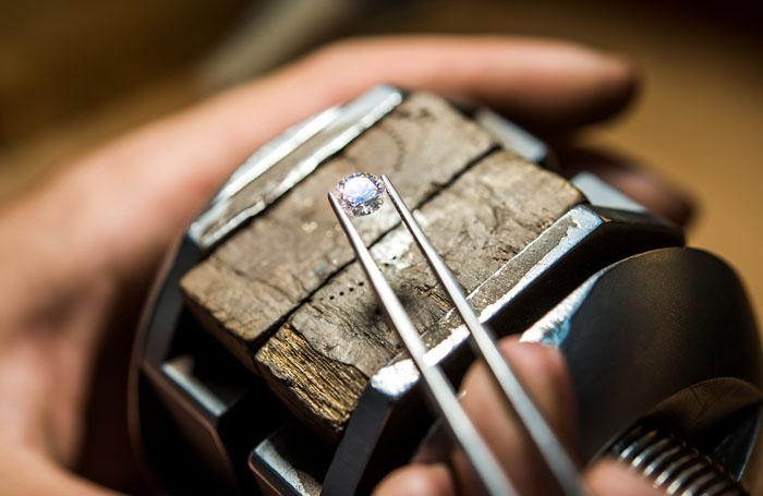 Caratteristiche e valore del diamante: come valutare il prezzo d'acquisto e di vendita.
